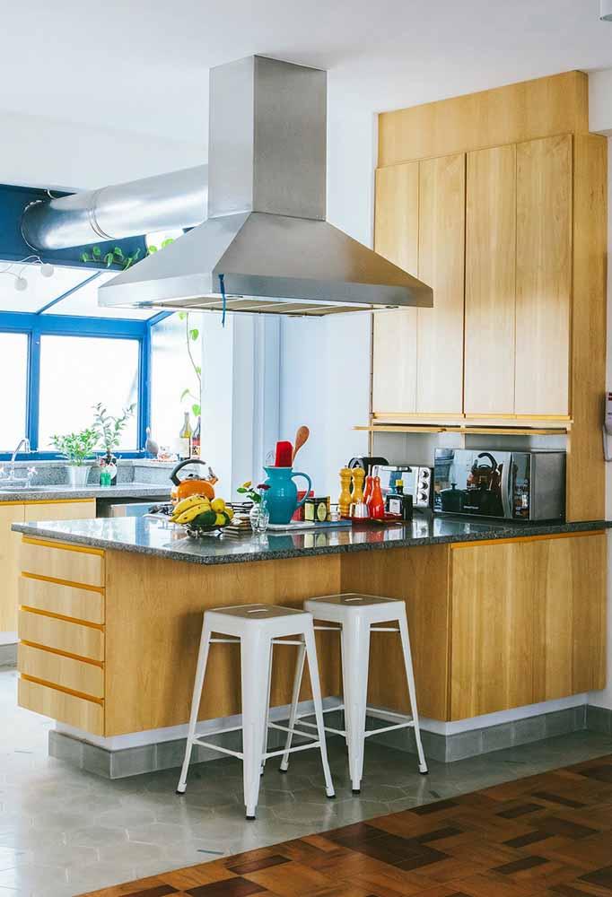 Aposte em um balcão largo e o decore com os utensílios da cozinha. Fica belíssimo!