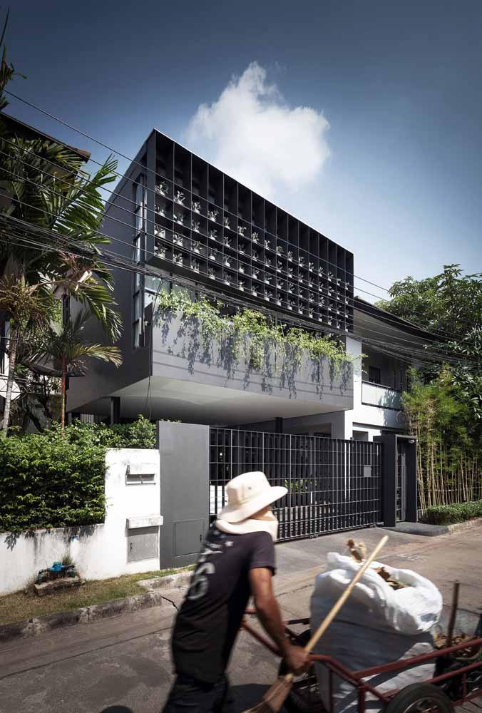 Fachada com discreto jardim vertical; projeto da Anonym Studio