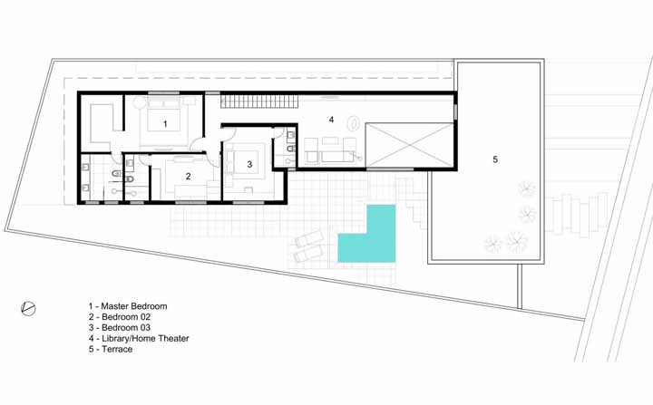 E no piso superior, a residência abriga três quartos, uma biblioteca e um terraço