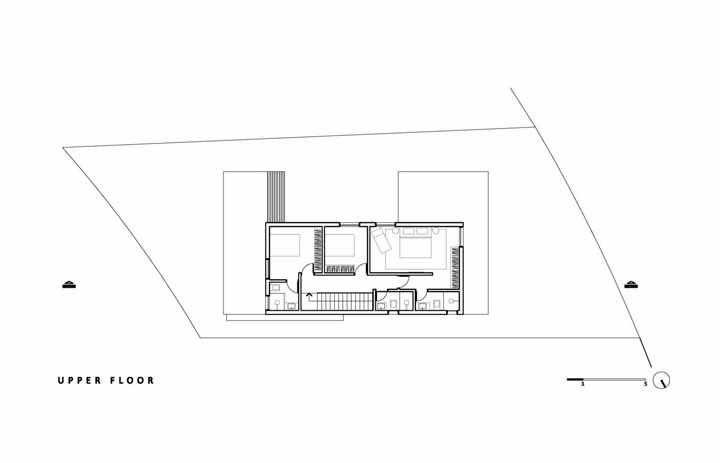 Já o piso superior revela uma suíte ampla e mais dois quartos espaçosos