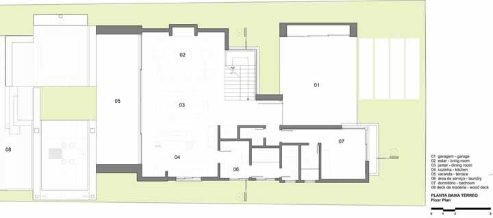 Se uma casa no lago já é bonita por fora, imagina por dentro? A planta baixa da Martin Arquitetura inclui no pavimento térreo ambientes integrados e um charmoso deck de madeira para contemplar a natureza