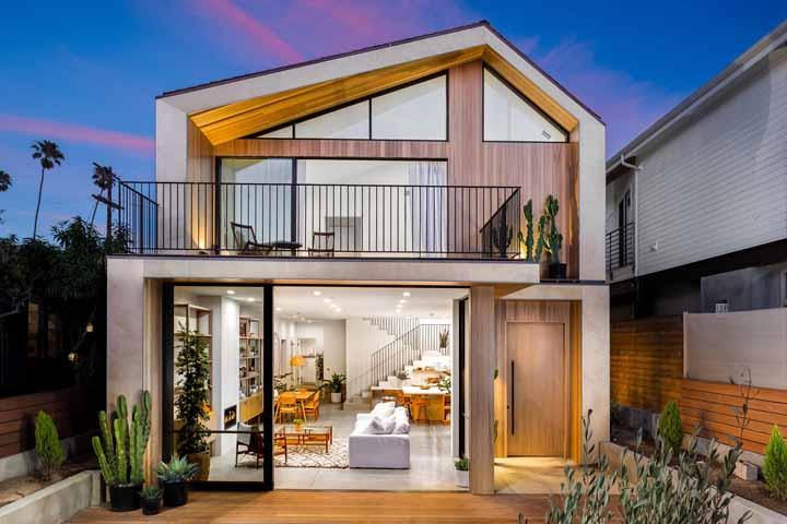 Clean e bem iluminada – de dia ou de noite – a casa projetada pelo escritório Electric Bowery é assim