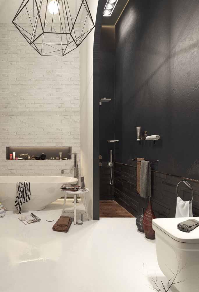 O banheiro preto e branco apostou em um chão de porcelanato líquido, com exceção da área do banho