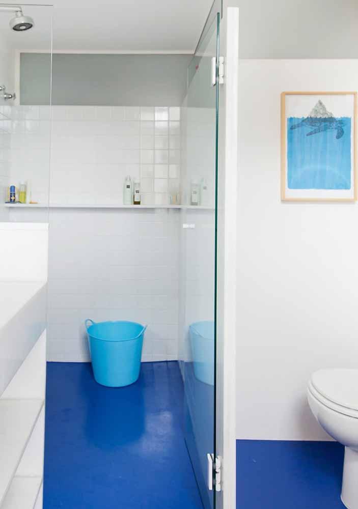 O azul vibrante do porcelanato líquido é o destaque desse banheiro