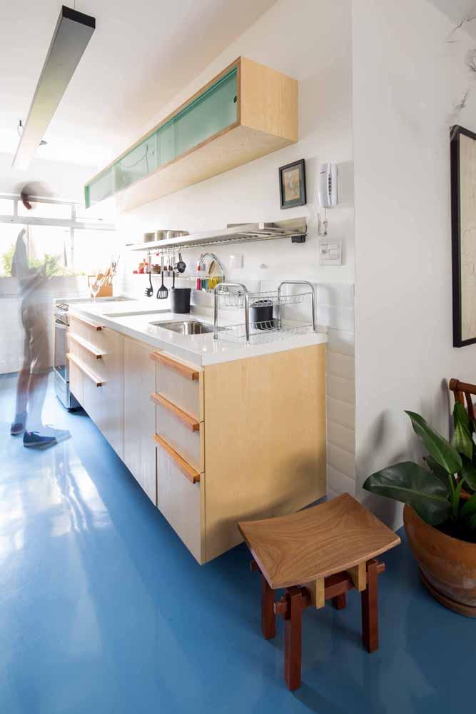Porcelanato líquido azul traz frescor e vida para a cozinha de tons neutros