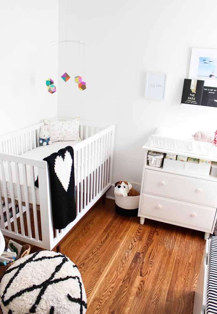 Quarto de bebê simples e pequeno com o branco na paleta principal