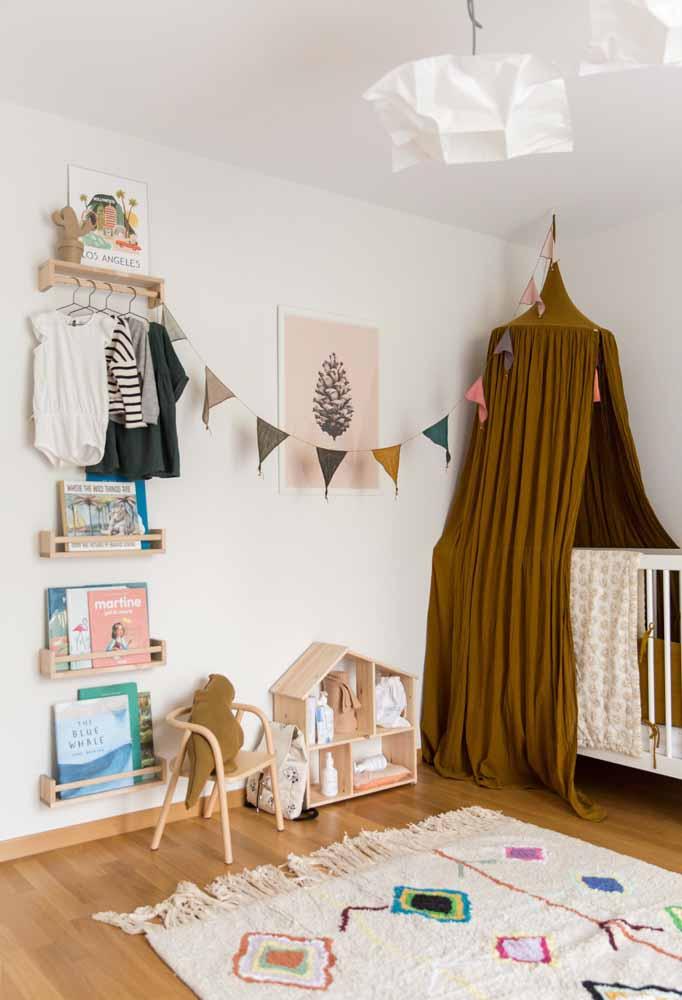 Numa decoração contemporânea, o quarto de bebê fica ainda mais simples com prateleiras e nichos substituindo os móveis grandes