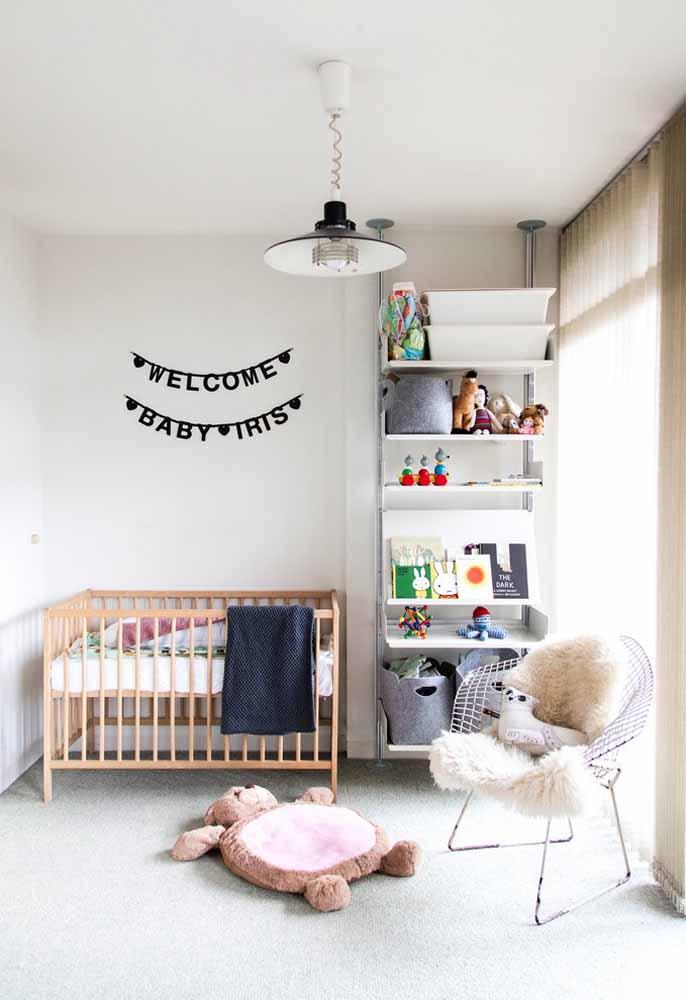 As prateleiras, como neste caso, são ótimas pedidas para compor um quarto de bebê simples e econômico