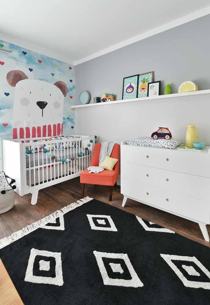 As estampas têxteis chamam todas as atenções neste quarto de bebê simples
