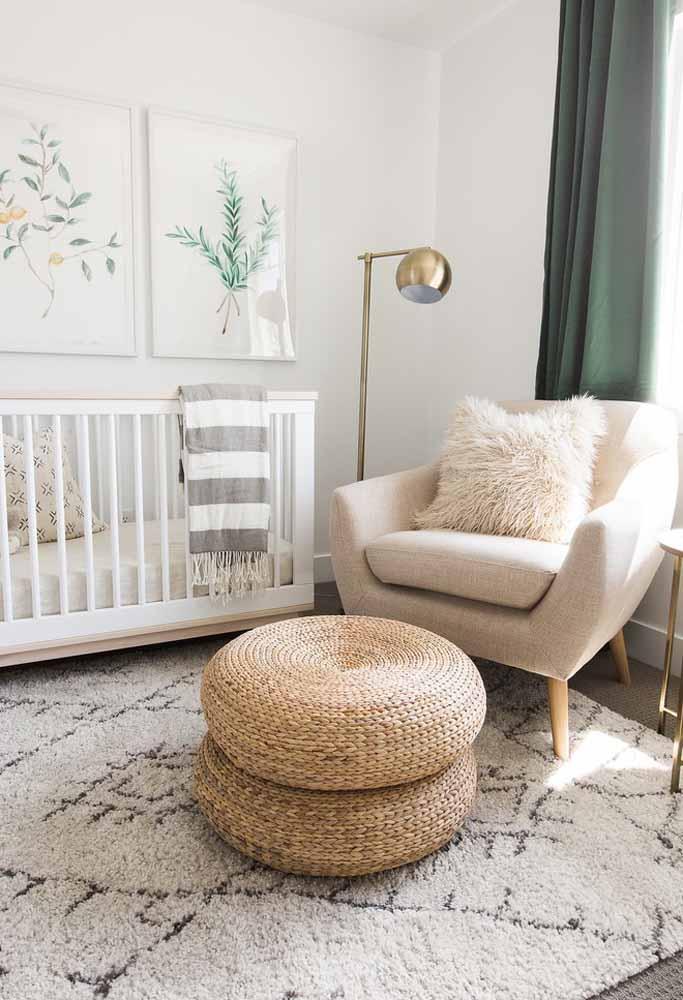 Mesmo em um quarto simples, não se esqueça de separar um cantinho especial para colocar a poltrona de amamentação para a mamãe e o bebê