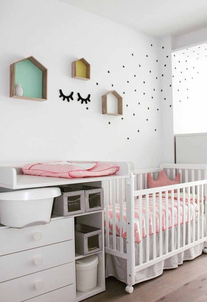 Em quartos pequenos, vale usar a criatividade para fazer uma decoração única e especial para o bebê