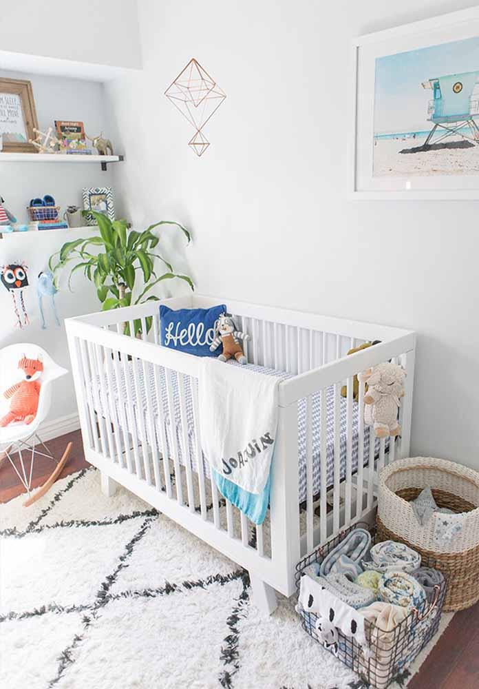 Além das prateleiras, é interessante usar também caixas ou cestos organizadores no quarto do bebê