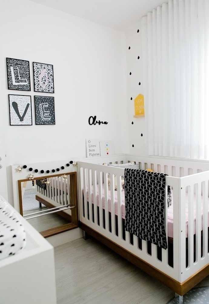 Os quadrinhos e aplicações na parede são ótimas formas de decorar o ambiente sem ocupar espaço