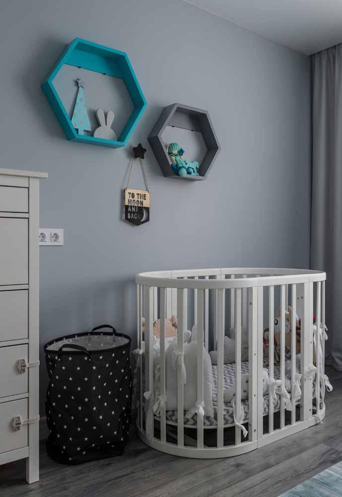 Para quartos de bebê simples em cinza, a escolha das cores complementares da paleta é importantíssima para a atmosfera do ambiente