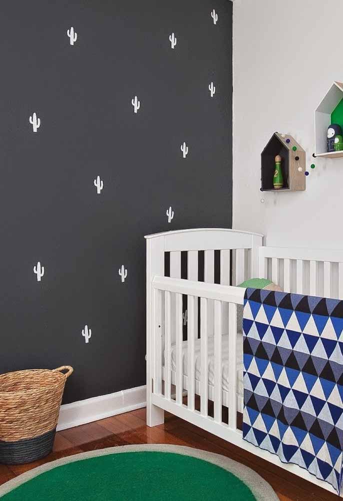 Mais uma ideia para usar a parede como suporte de decorações: neste caso, uma pintura com estêncil e nichos decorativos