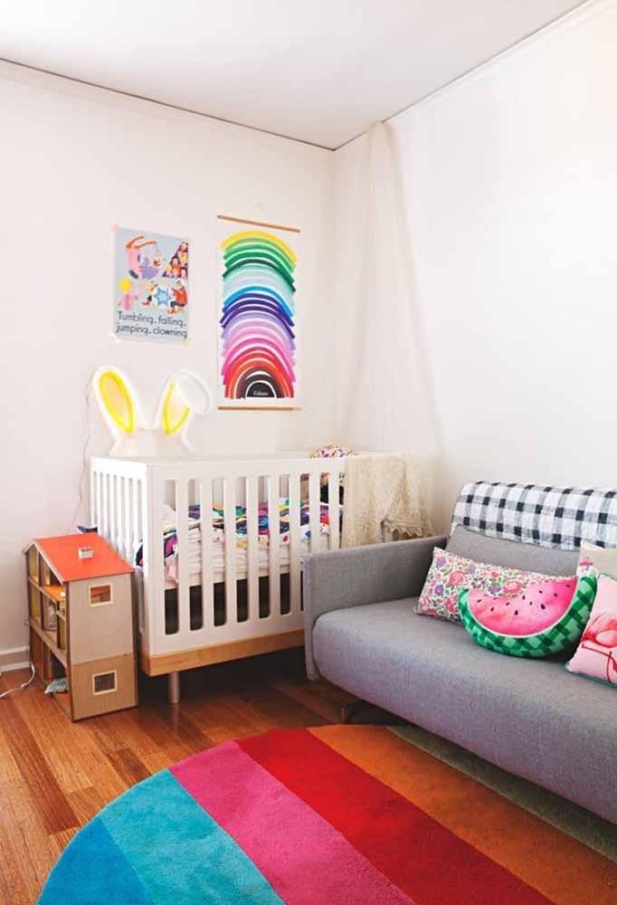 Almofadas e tapete são outros elementos decorativos que podem facilmente ser encontrados com cores e padrões divertidos para crianças