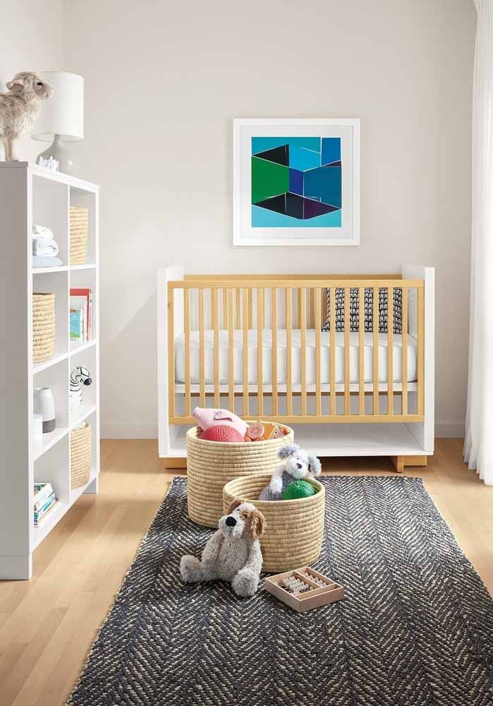O uso de cestas e prateleiras te permite decorar o ambiente do quarto de bebê com os brinquedos infantis