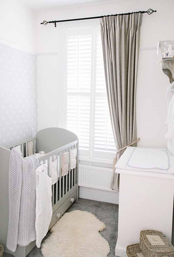 Um quarto de bebê simples em tons pastéis com toda a elegância e sofisticação