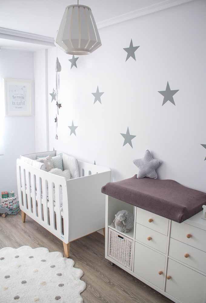 Quarto de bebê simples com um tema: neste aqui, as estrelas compõem o quarto, da parede até o móbile e as almofadas