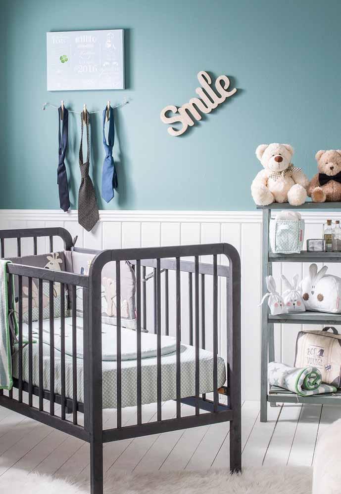 Varalzinho de gravatas para decorar este quarto de bebê simples masculino