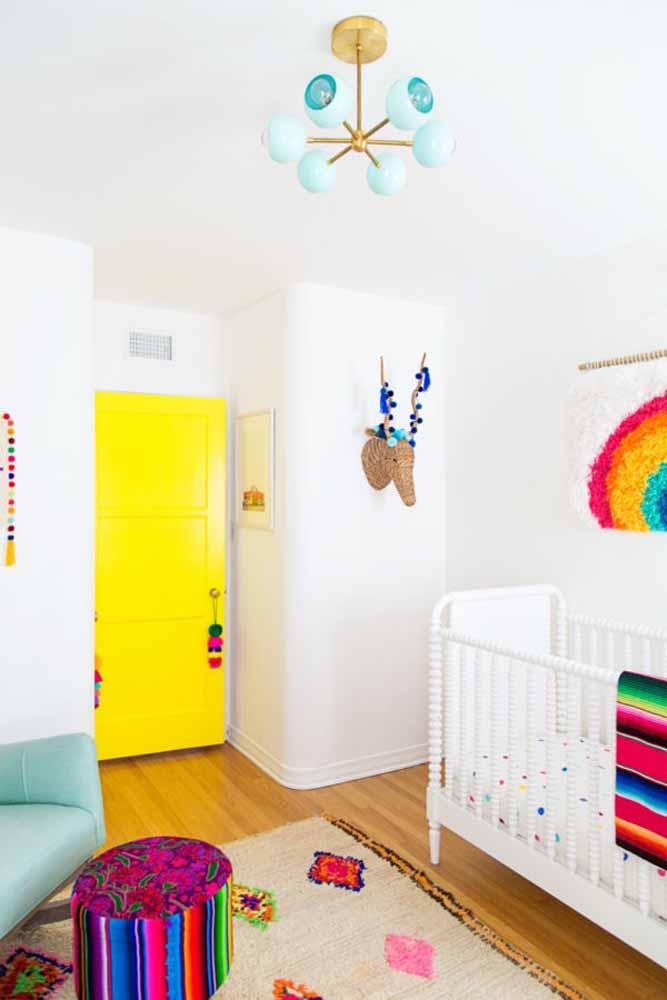 Aposte nas cores mais vibrantes para trazer mais alegria para o fundo branco, como neste quarto de bebê simples