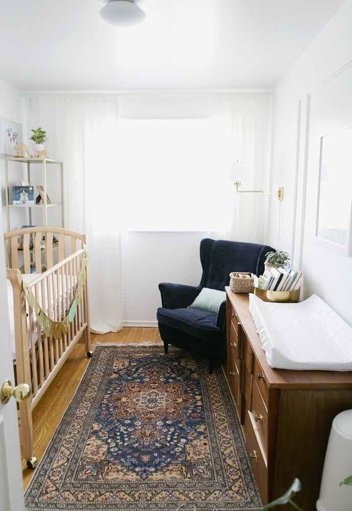 Para uma decoração de quarto de bebê simples e pequeno, o tapete e as suas estampas e cores são super importantes