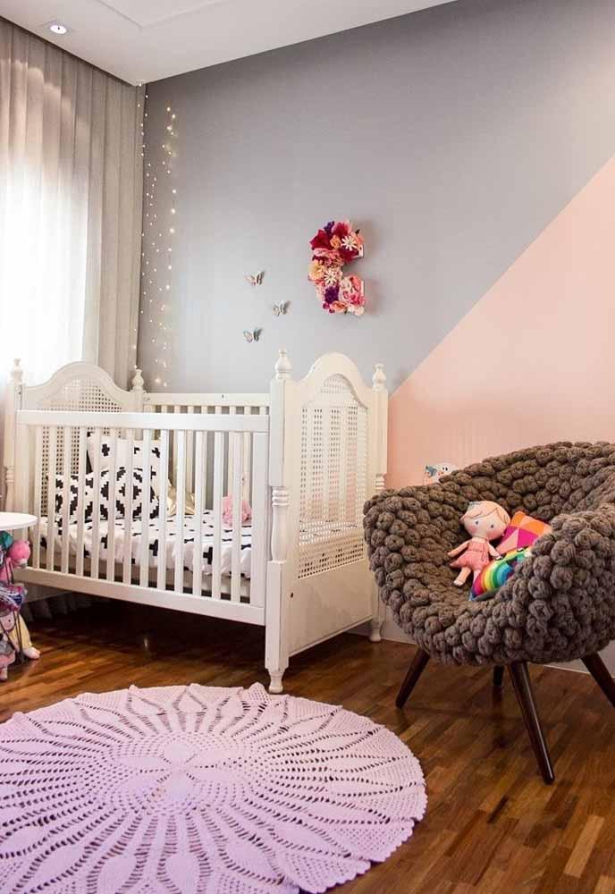 As texturas de tecidos e acabamentos de móveis e objetos decorativos são elementos ficar atenta na decoração de quarto de bebê simples