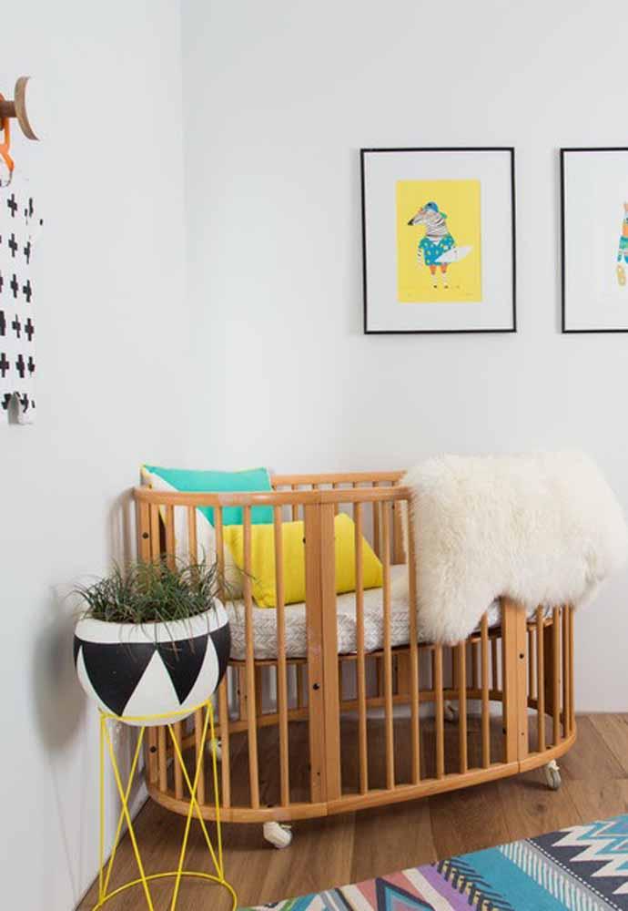 Aliás, as plantinhas de verdade também podem ser incorporadas à decoração do ambiente, ainda mais em vasos coloridos cheios de atitude