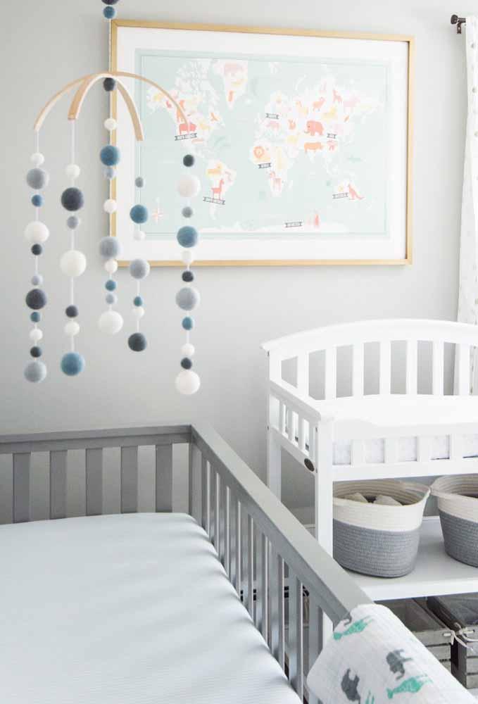 Os móbiles e quadrinhos são ótimos elementos decorativos para quartos de bebê simples