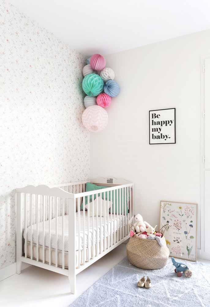 Você também pode optar por uma decoração simples e cheia de cores com balões tipo colmeia de papel de seda!