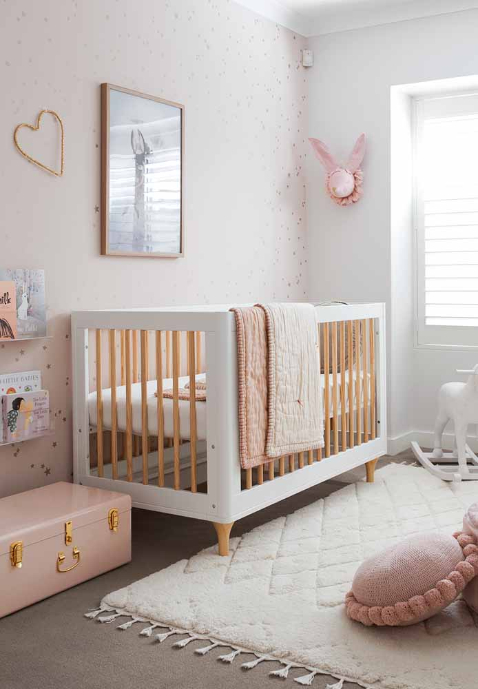 No clima mais tranquilo e relaxante, a combinação rosa, cinza e dourado é perfeita para a decoração do quarto de bebê simples feminino