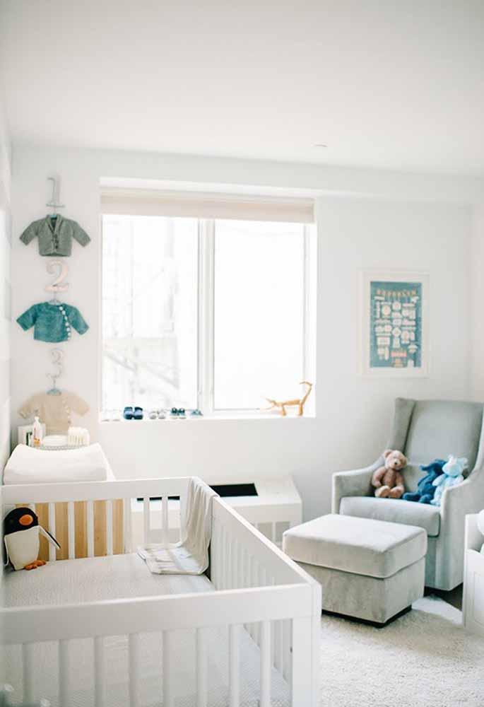 Bichinhos de pelúcia e até as roupinhas fazendo uma decoração de quarto de bebê simples e super agradável
