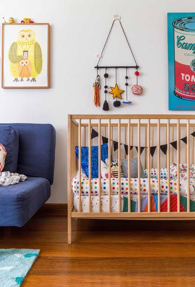Outra ideia de quarto de bebê simples, mas cheio de combinação de cores e estampas