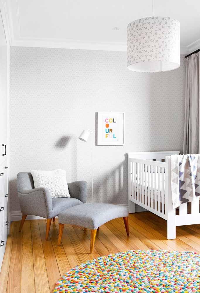 Mais uma ideia para o uso do cinza na decoração do quarto de bebê simples: misture tons e acrescente mais cores nos objetos decorativos