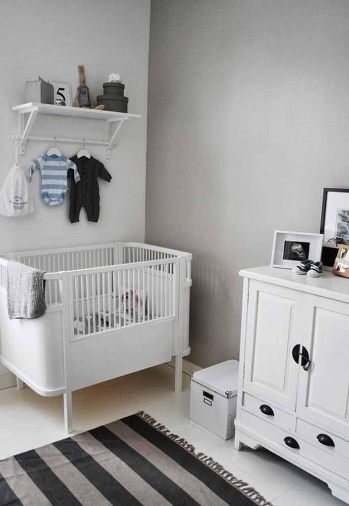 Aposte nos tons de cinza para um quarto de bebê simples e super elegante