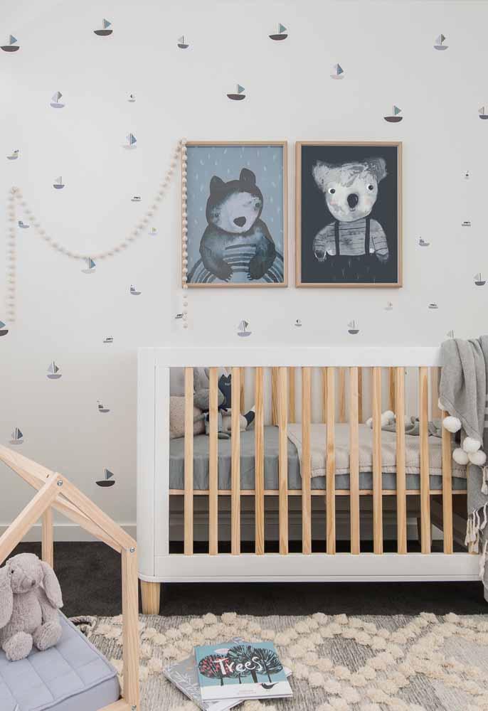O tom claro da madeira também pode ser utilizado como uma cor da paleta da decoração, seja em brinquedos, molduras ou em móveis