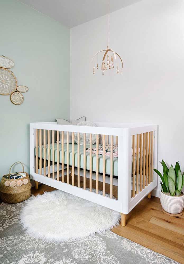 E para dar mais destaque para o frescor que a plantinha traz para este quarto de bebê simples, use o verde menta na parede!