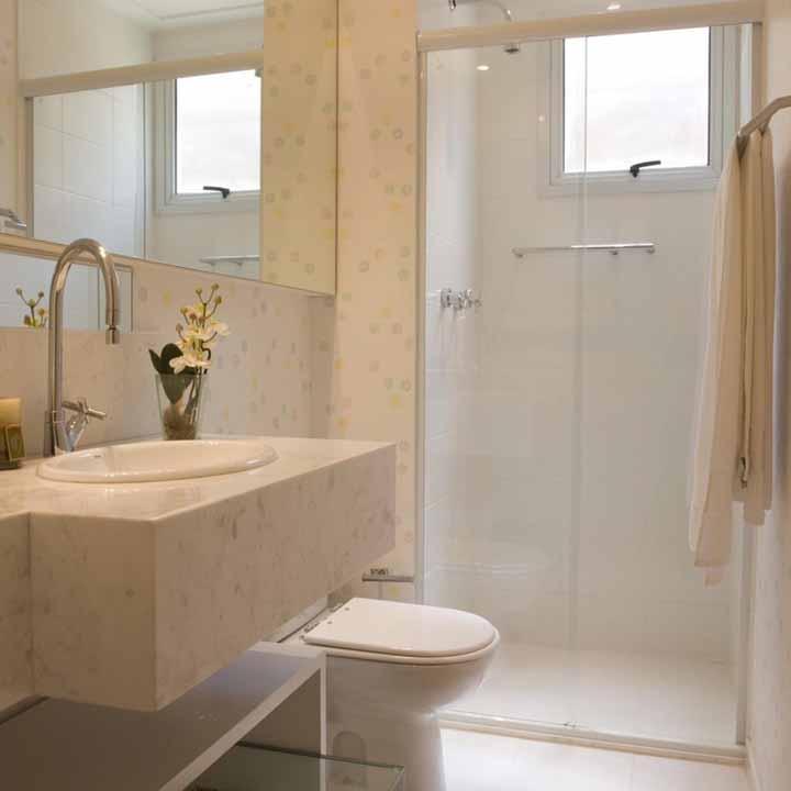 Se você está na etapa de reforma ou construção do banheiro, opte por revestimentos diferenciados para as paredes, hoje em dia é possível encontrar modelos variados e a preços bem acessíveis