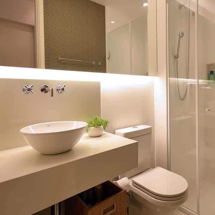 Outra forma de decorar o banheiro de modo simples e econômico é usando fitas de LED na iluminação, como nessa imagem