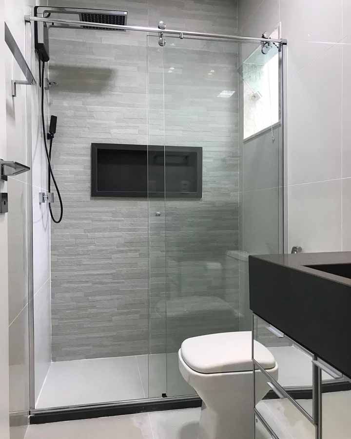 Dá para deixar o banheiro simples e moderno, uma dica para isso é investir na combinação entre o preto e branco