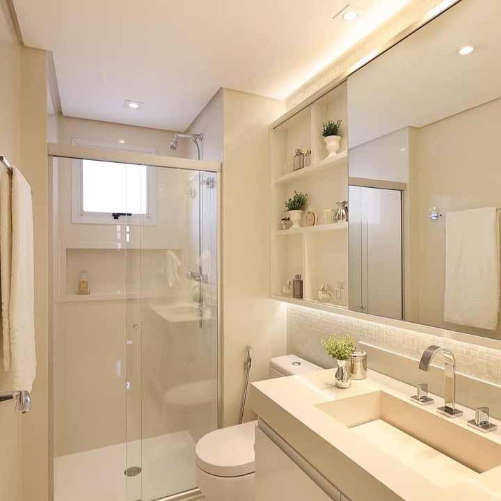 Banheiro clean com nichos decorados com pequenos vasinhos de plantas