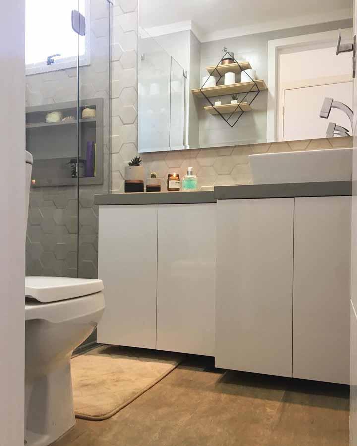 Banheiro pequeno e simples decorado com móvel sob medida e um espelho para toda a parede da bancada