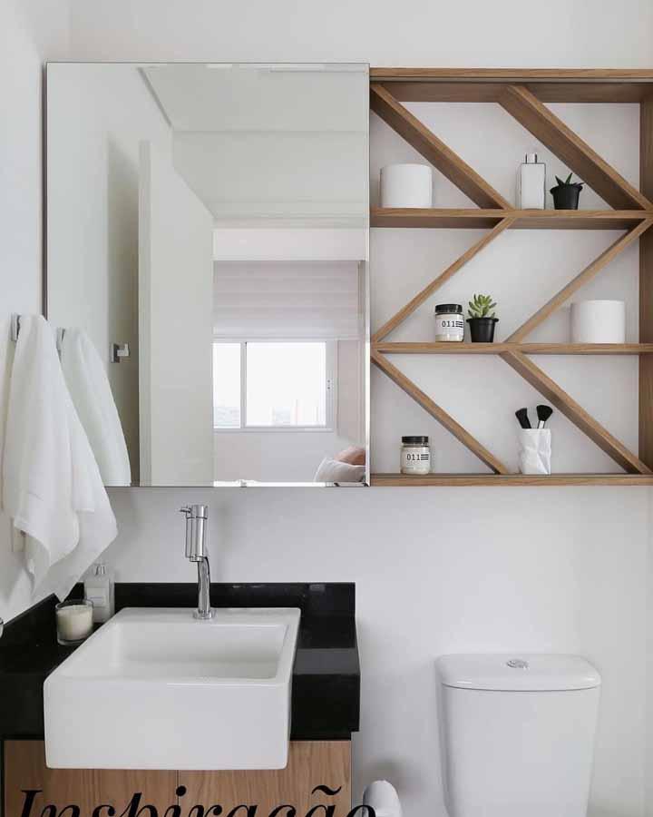 Um nicho amadeirado para organizar e decorar o banheiro com itens de higiene