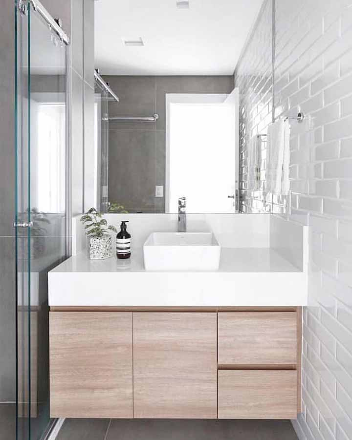 Azulejo de metro e box de vidro; o fundo branco traz suavidade e amplitude para o banheiro