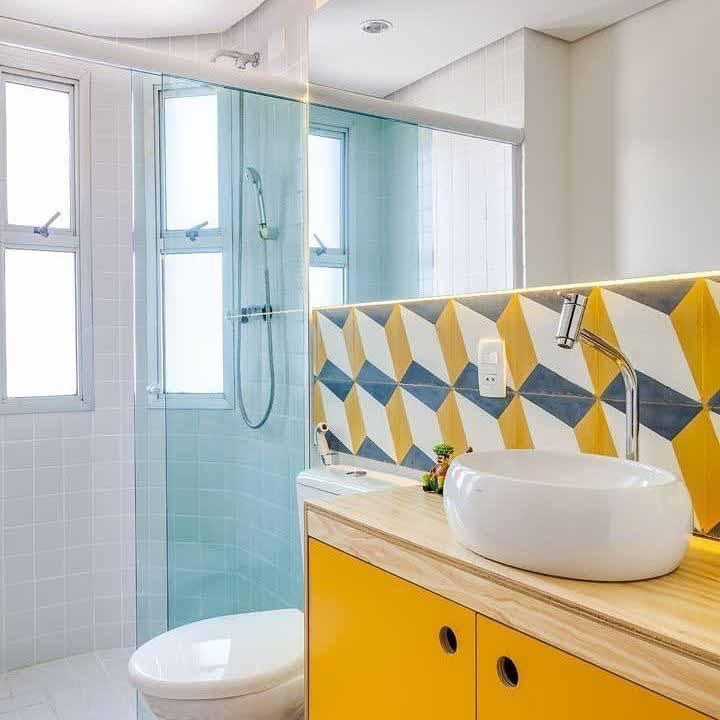 Um banheiro simples também pode ser colorido e, o melhor, sem custar uma fortuna