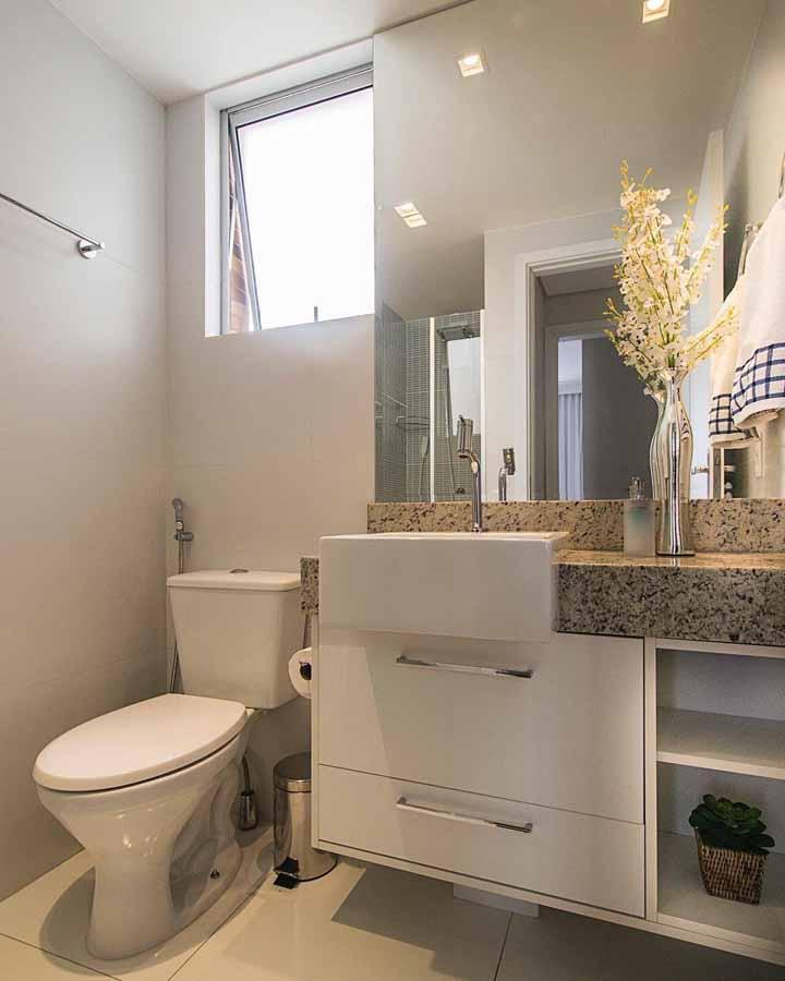 Elementos em inox ou metálicos podem ser uma boa saída para ter um banheiro decorado sem gastar muito
