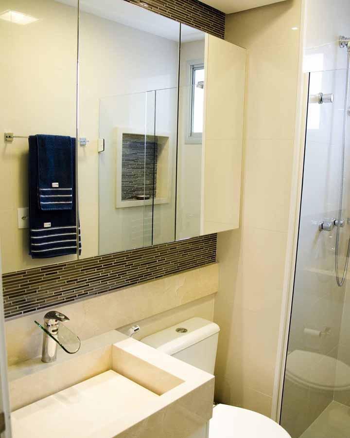 A toalha azul escuro cria contraste para o banheiro neutro