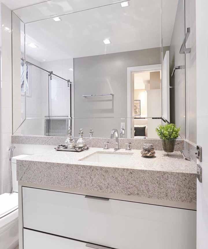 Uma bancada simples, mas bem organizada para deixar o banheiro sempre bonito