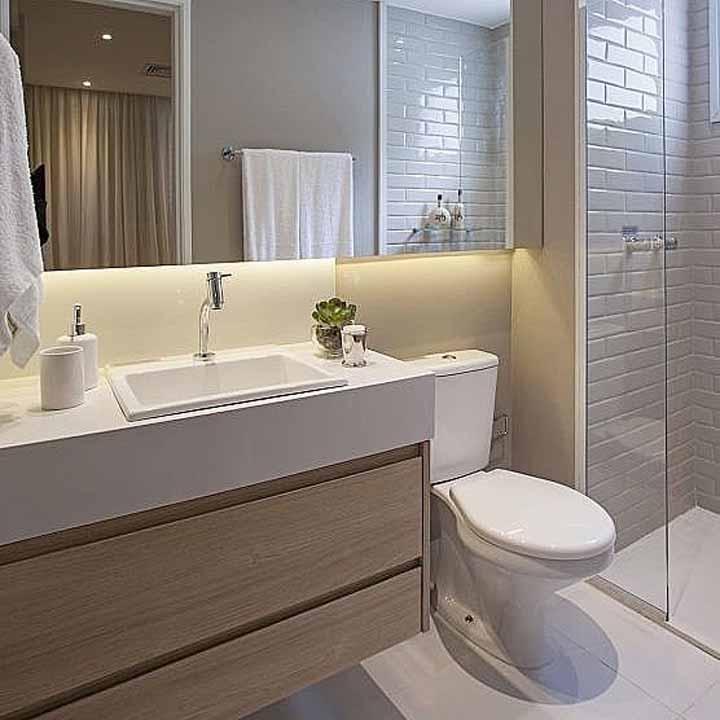 Aqui, a proposta foi trazer os tons amadeirados para deixar o banheiro simples, mas receptivo e aconchegante