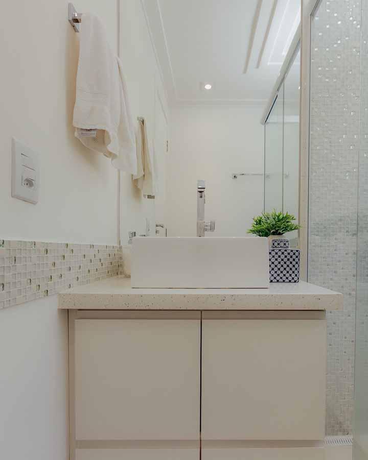 E que tal usar pastilhas de vidro? Uma única faixa na parede já basta para transformar o banheiro